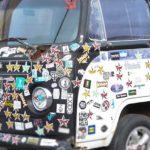 車のボディ・窓ガラスに貼ったステッカー・シールの上手な剥がし方は?