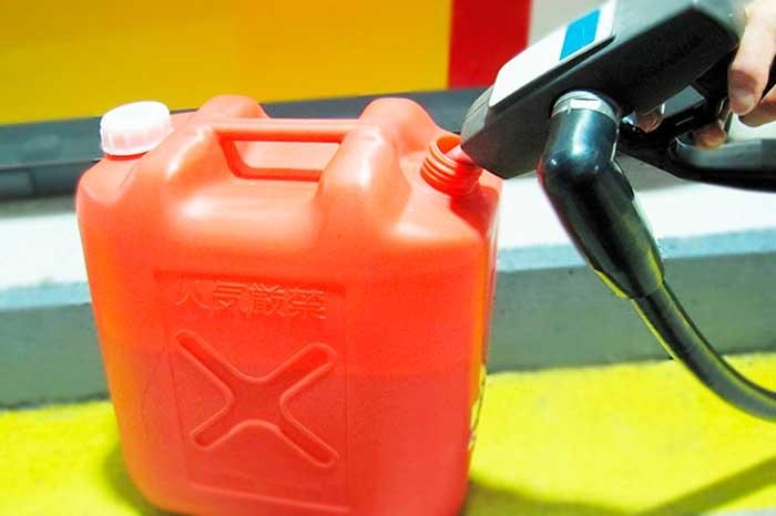灯油をポリタンクに入れる